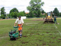 Abschälen, aufnehmen und abfahren der stark abgenutzten Rasenfläche