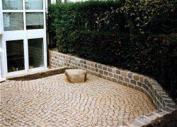 Mauer aus bunten gebrauchten Granitreihenpflaster. Diese Mauern haben ein Fundament (frostfrei), sind aufgemauert und verfugt