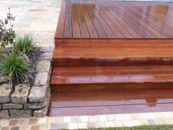 Holzterrasse aus Ipe glatt, kombiniert mit Naturstein