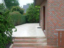"""Beschichtete Terrassenplatten im """"Romischen Verband"""" verlegt"""