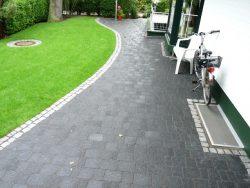 Alte gebrauchte Granittiefbordkanten als Stufe gesetzt und mit bunten gebrauchten Granitkleinpflaster ausgeplastert