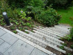 Stufenauftritt mit Granitkleinpflaster ausgepflastert