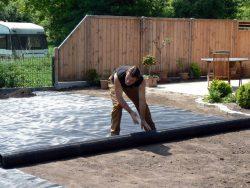 Hier wird ca. 3cm gesiebter Mutterboden auf das Maulwurfnetz aufgebracht, anschließend das Rasenplanum hergestellt um den Rollrasen darauf auszurollen.