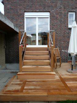 Stufen mit Podest aus glatten Garapa Dielen