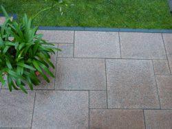 Granitplatten Bowall Rot, geflammt und gebürstet im Römischen Verband