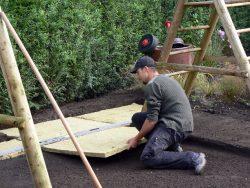 Bump Grass! Hier wird der Untergrund für Fallschutzgras hergestellt. Ca. 8‐10cm unter die Grasnarbe wird eine Polsterung aus Spezialsteinwolle verlegt, die beim Sturz vom Spielgerüst nachgibt. So werden stärkere Verletzungen oft vorgebeugt.