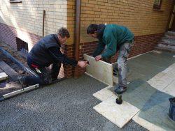 Kalksteinplatten Iremia Crematos im römischen Verband verlegt mit Splittbetonfundament