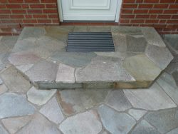 Eingangspodest aus polygonalen Quarzitplatten