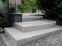 Stufe aus Granitblockstufen 15x35x100 cm.