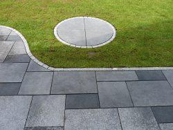 Betonplatten in verschiedenen Größen als gestrahlter Wildverband in schiefergrau