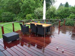 Holzsteg mit Terrasse aus Cumaru FSC Riffelbohlen