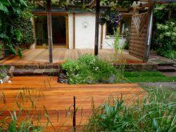 Hochterrasse mit glatten Holzdielen, Geländer aus Edelstahlhandlauf