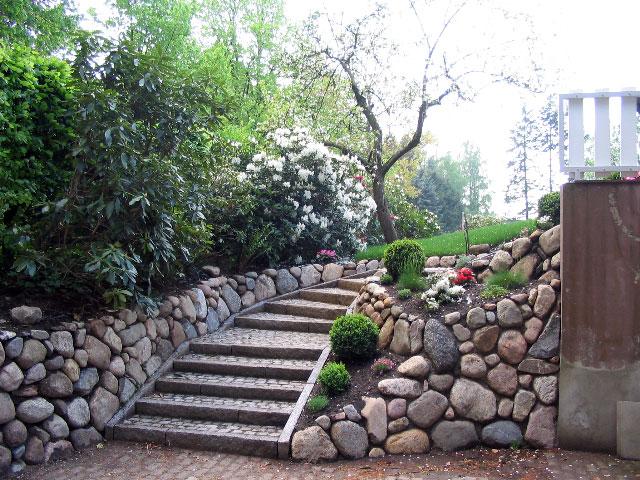 Granittiefbordkanten als Stellstufe gesetzt und mit gebrauchten Granitkleinpflaster ausgepflastert