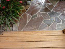 Holzterrasse aus Garapa mit angrenzenden Weg aus polygonalen Wesersandsteinplatten