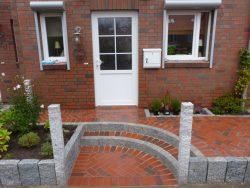 Stufenkante aus Granitpalisaden und Auftritt mit Klinker ausgepflastert