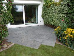 Terrasse aus polygonalen Quazitplatten verlegt in Splittbeton und mit Pflasterfugenmörtel verfugt