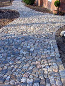 buntes gebrauchtes Granitkleinpflaster wild gepflastert, als Einfassung buntes gebr. Granitreihenpflaster