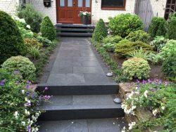 dunkelgraue Granitplatten mit Gabbro Kleinpflaster eingefasst