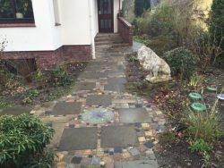 alte Betonplatten mit bunten Granitklein- und Mosaikpflaster kombiniert